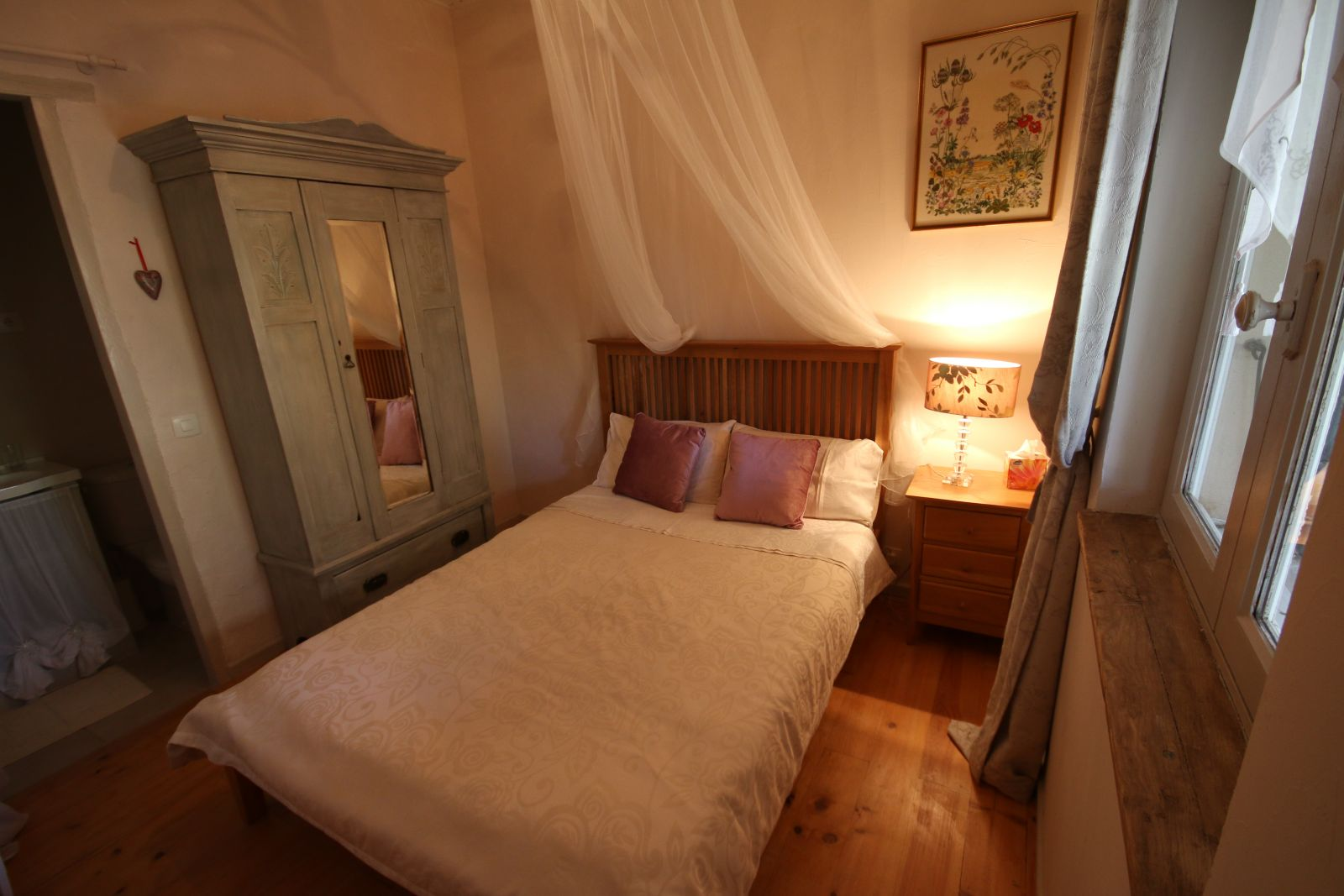 Charming bed breakfast bedroom in chambre d 39 hote close for Chambre d hotes pezenas